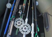 为钓鱼做准备,转动,钓鱼竿,橡皮艇。 库存照片