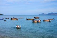 为钓鱼在芽庄市海滩, Khanh Hoa,越南做准备 库存照片