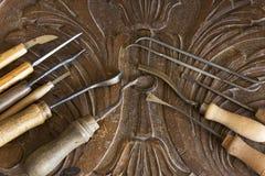 为雕刻的工具在一个被雕刻的板条 库存照片