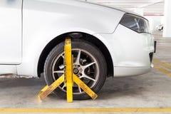 为非法停车处侵害夹紧的车轮在停车场 免版税库存照片