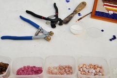 为颜色玻璃马赛克的职业的工具:刷子,胶浆,切削刀 创造性和学会 免版税图库摄影