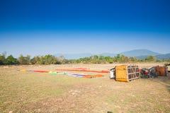 为飞行热空气气球做准备在老挝 图库摄影