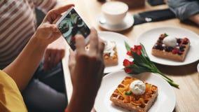 为食物照相的咖啡馆顾客使用智能手机照相机触摸屏 股票视频