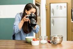 为食物照相的摄影师 免版税库存照片