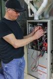 为高效率热量单位服务的熔炉安装工 免版税库存照片