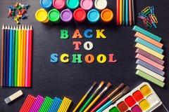 为绘和艺术的各种各样的工具在石墨黑色背景中 回到学校的概念 免版税库存图片