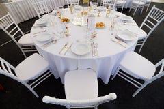 为结婚宴会布置的花梢桌 库存照片