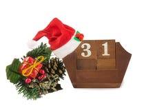 为12月31日,圣诞老人帽子和装饰排进日程在白色 免版税库存图片
