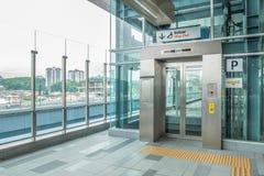 为MRT驻地准备的残疾举 MRT是在巴生谷的最新的公共交通系统从Sungai Bulo 图库摄影
