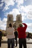 为Notre Dame照相的夫妇 免版税库存照片