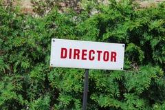 主任停放的标志,红色信件,后备的地方,在绿色自然本底后 库存照片
