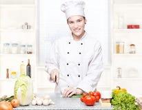 主厨剪切新厨房的葱 免版税库存照片