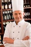 主厨厨师确信的专业摆在的餐馆 库存图片