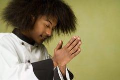主厨祈祷的年轻人 免版税库存图片