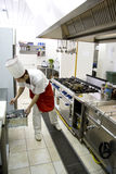 主厨运作的年轻人 免版税库存照片