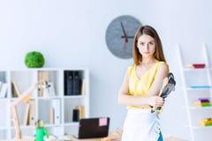 主妇在办公室 性别不平等概念 免版税库存图片