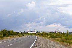 主导的路寺庙 反对蓝天的蓬松云彩 免版税库存照片