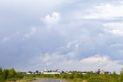 主导的路寺庙 反对蓝天的蓬松云彩 免版税库存图片