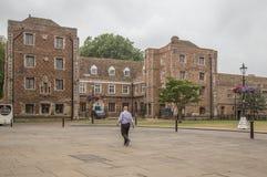 主教宫殿在伊利的中心有漫步一个的人的 库存图片