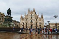 主教座堂广场和米兰主教座堂下雨天视图意大利 库存照片
