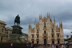 主教座堂广场和米兰主教座堂下雨天视图意大利 免版税库存照片
