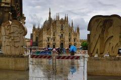 主教座堂广场和米兰主教座堂下雨天视图米兰市意大利 图库摄影