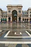 主教座堂广场圆顶场所维托里奥・埃曼努埃莱・迪・萨伏伊II下雨天视图米兰市意大利 免版税库存图片