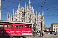 主教座堂广场在有人和电车的米兰 t门面  免版税库存图片