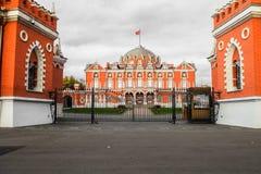 主楼的看法从大门的到复杂佩特洛夫宫殿里,莫斯科,俄罗斯 免版税图库摄影