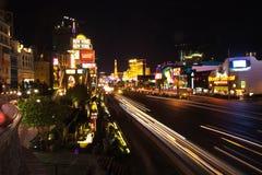 主街上在拉斯维加斯在晚上之前 免版税库存图片