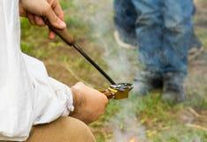 主要军械士熔铸在液体金属和形状的金属球形的子弹外面 免版税库存图片