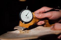 主要工匠luthier工作在小提琴的创作 在木头的刻苦细节工作 库存照片