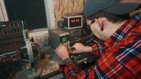 主要工程师电工配置示波器设备 股票视频