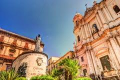 主要朱塞佩Dusmet雕象在圣法兰西斯教会前面的在卡塔尼亚,西西里岛 免版税库存照片