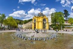 主要柱廊和唱歌喷泉在小西部漂泊温泉镇Marianske Lazne Marienbad -捷克 免版税库存照片