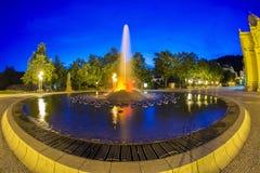 主要柱廊在小西部漂泊温泉镇Marianske Lazne Marienbad和唱歌喷泉在晚上-捷克 免版税图库摄影