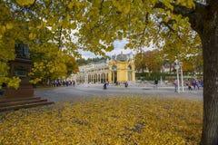 主要温泉柱廊下午-秋天在小西部漂泊温泉镇Marianske Lazne Marienbad -捷克 库存图片