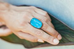 主要珠宝商导致与一块大蓝宝石的一只金戒指 免版税图库摄影