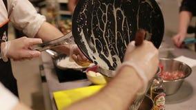 主要类食物 准备调味汁的厨师的手在厨房,选择聚焦里 股票录像