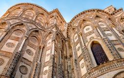主要门道入口和他们的古老大教堂教会的突出拱门的外部在蒙雷阿莱,西西里岛 免版税库存照片
