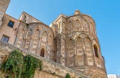 主要门道入口和他们的古老大教堂教会的突出拱门的外部在蒙雷阿莱,西西里岛 库存照片