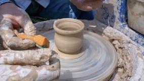主要陶瓷工和花瓶的手在陶瓷工` s的黏土转动 股票录像