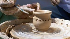 主要陶瓷工和花瓶的手在陶瓷工` s的黏土转动 影视素材
