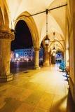 主要集市广场夜视图在克拉科夫 克拉科夫是一个最美丽的城市在波兰 免版税图库摄影