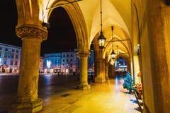 主要集市广场夜视图在克拉科夫 克拉科夫是一个最美丽的城市在波兰 免版税库存照片