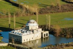 主角清真寺在水,斯库台,阿尔巴尼亚中 无背长椅样式在1773建造的建筑学清真寺 免版税库存照片