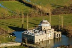 主角清真寺在水,斯库台,阿尔巴尼亚中 无背长椅样式在1773建造的建筑学清真寺 库存图片