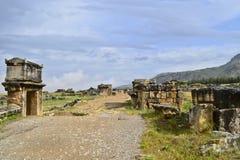 主路在古老罗马城市希拉波利斯大墓地  免版税库存照片