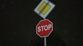 主路的停车牌末端在雪的 夜慢动作 股票视频