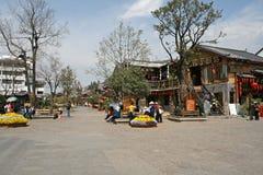 丽江的老镇主要集市广场  库存照片